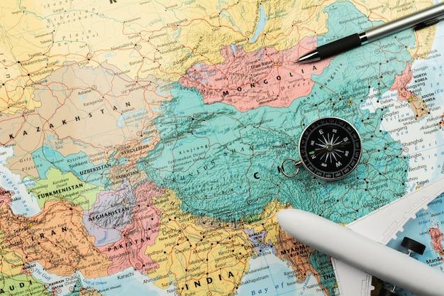 Kompas magnetyczny i stacjonarny na mapie.