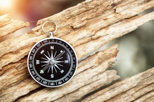 Kompas magnetyczny na starym drewnie kierunek
