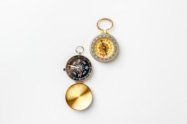 Kompas metalowy na białym tle