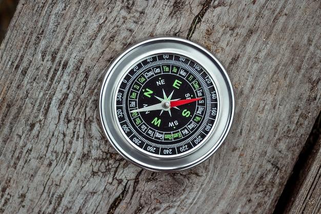 Kompas na białym tle na drewniane