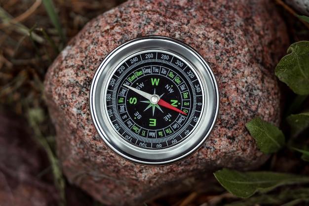 Kompas na białym tle na kamieniu