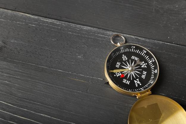 Kompas na drewnianym stołowym tle