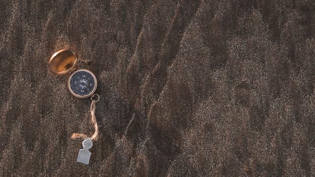 Kompas na kamienistej powierzchni
