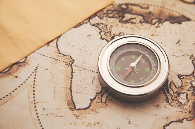 Kompas na mapie świata podróż