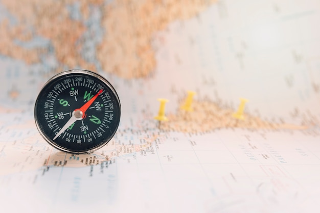 Kompas na nieostrej mapie