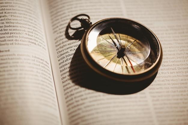 Kompas na otwartej biblii