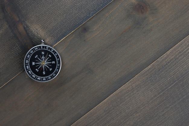 Kompas na podłoże drewniane - wolne miejsce na tekst