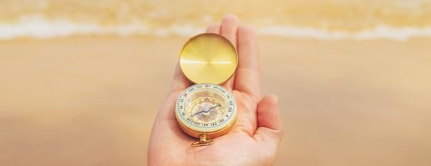 Kompas Na Powierzchni Morza I Plaży Premium Zdjęcia
