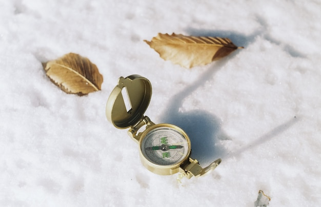 Kompas na śniegu