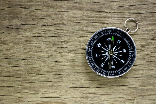 Kompas na starym drewnianym podłogowym tle.