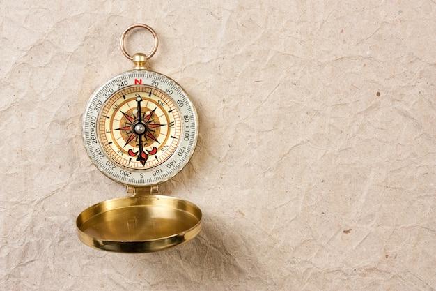 Kompas na tle starego papieru