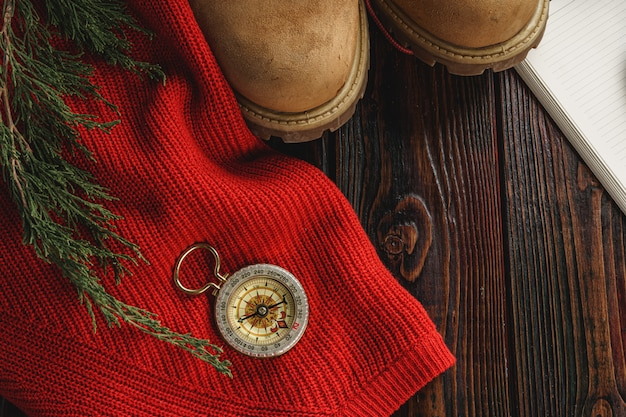 Kompas otoczony narzędzi górskich narzędzi na drewniane tła