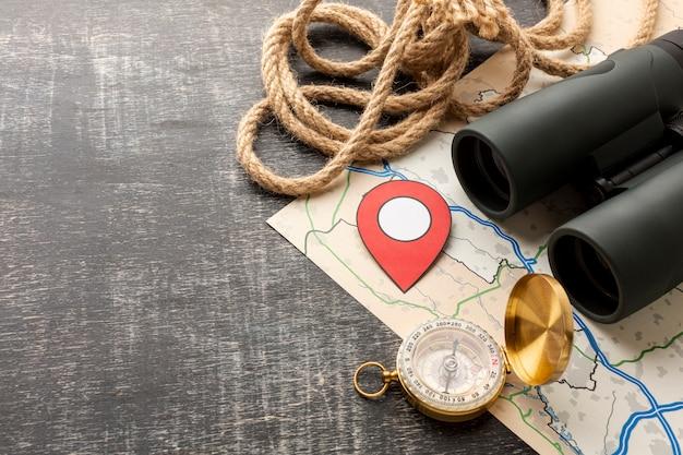 Kompas podróżny i lornetka