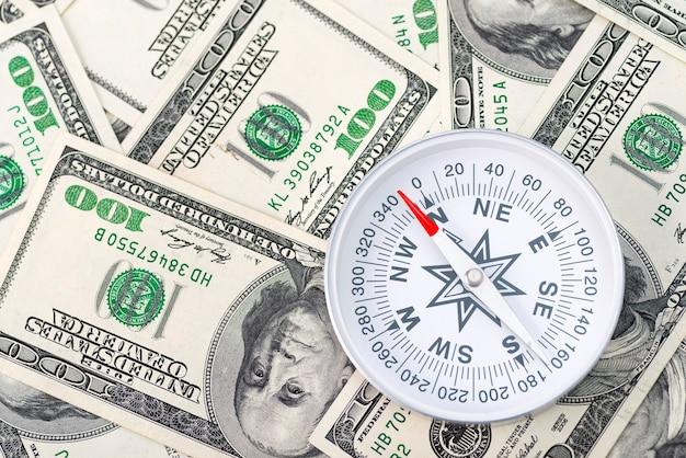 Kompas podróżny na tle dolarów amerykańskich