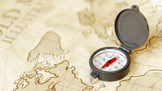 Kompas podróżny pod dużym kątem na mapie