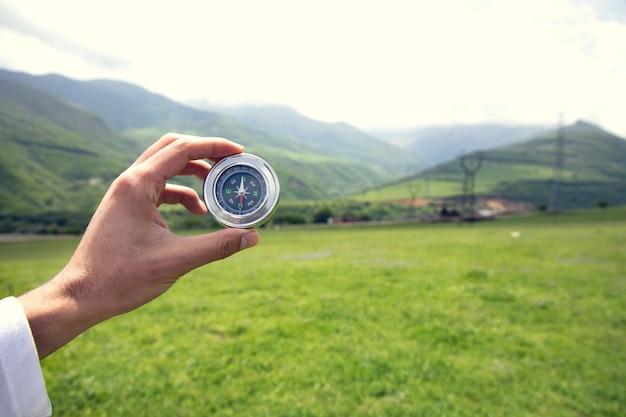 Kompas ręka człowieka w górach
