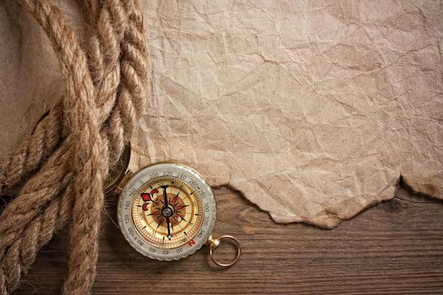 Kompas, stary papier i lina, martwa natura