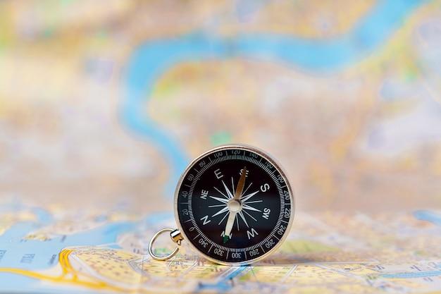 Kompas stojący pionowo na mapie sankt petersburga, koncepcje podróży, turystyki