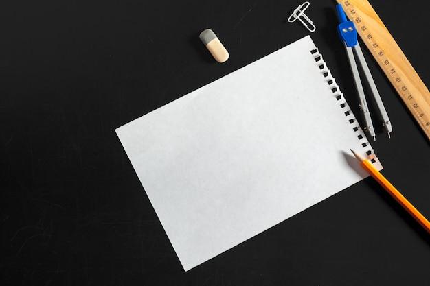 Kompas techniczny z białym papierem