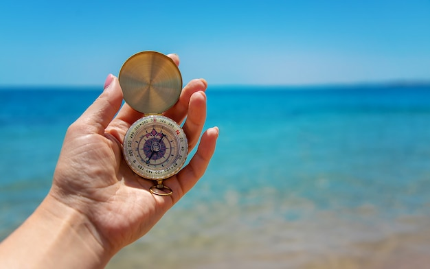 Kompas w dłoni na tle morza