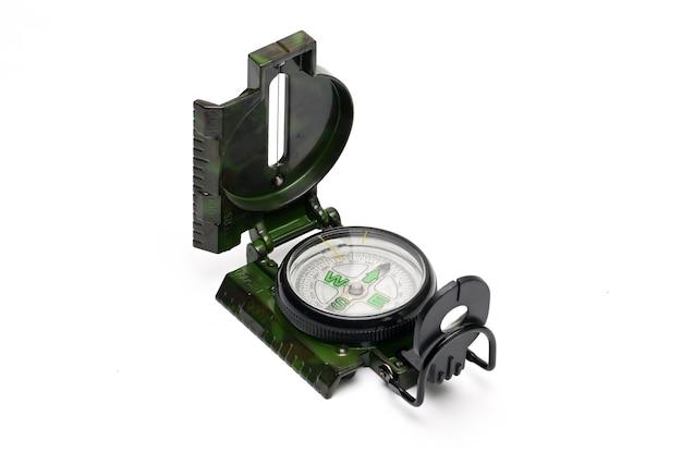 Kompas w stylu armii do nawigacji na białym tle