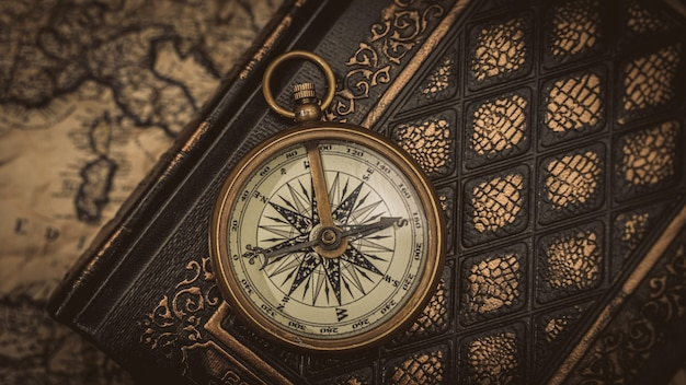 Kompas z mosiądzu żeglarskiego na książki