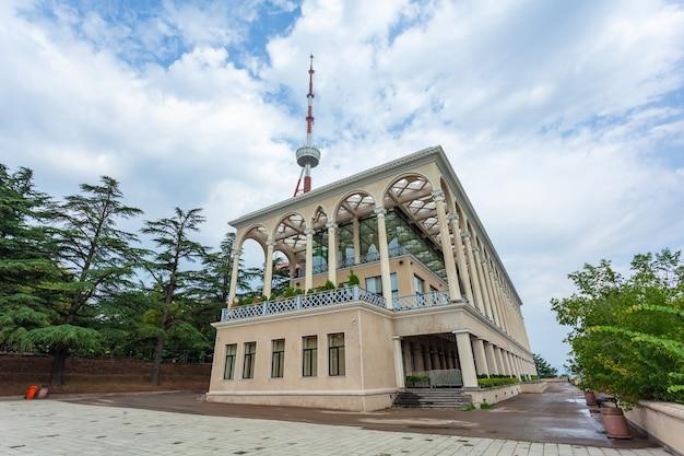 Kompleks kolejki linowej w parku mtatsminda składający się z restauracji i stacji kolejki linowej. wieża telewizyjna