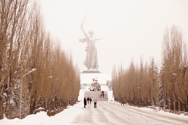 Kompleks pamięci mamajewa kurgana w mieście-bohaterze wołgogradu w zimie pod śniegiem