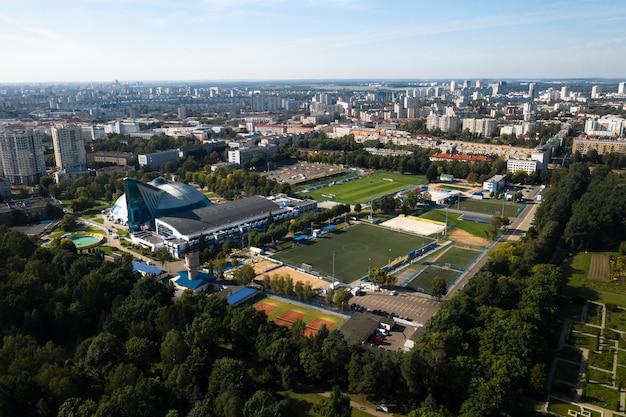 Kompleks sportowy w centrum mińska z otwartymi stadionami do meczów. białoruś.