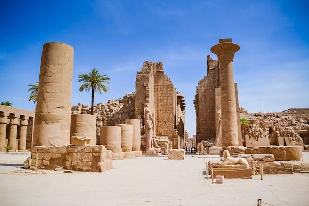 Kompleks świątynny w karnaku, powszechnie znany jako karnak, obejmuje ogromną mieszankę zepsutych świątyń, kaplic, pylonów i innych budynków w pobliżu luksoru w egipcie.