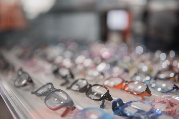 Komplet okularów zgrabnie ułożonych w oknie okularów w klinice okulistycznej
