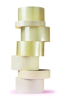 Komplet taśm pakowych jest ułożony w formie wieży.