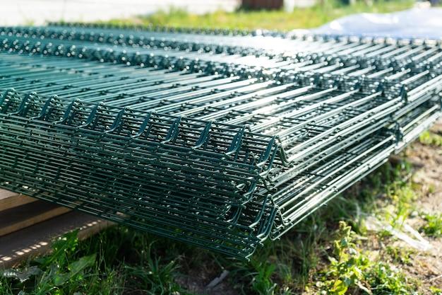Komponenty do budowy ogrodzenia z siatki.