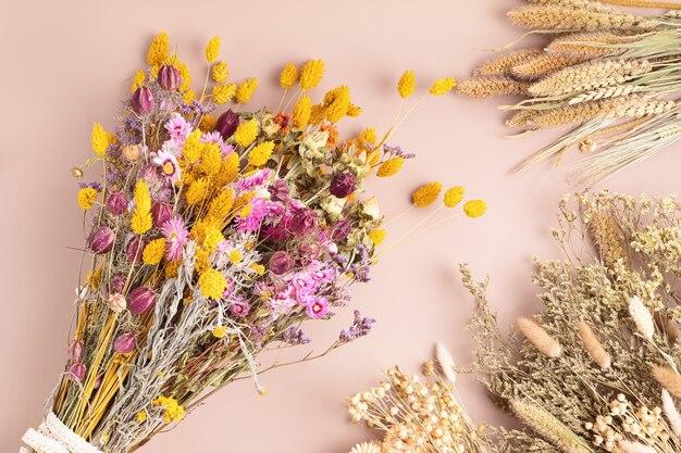 Komponowanie bukietu suchych kwiatów i ziół, modna dekoracja wnętrz, pomysł na kwiaciarnię rzemieślniczą. widok z góry, układ płaski