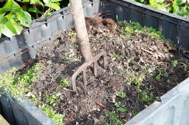 Kompost rodzinny z widelcem, aby go odwrócić