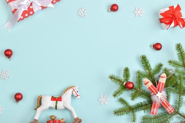 Kompozycja atrybutów nowego roku. prezenty świąteczne z gałęzi jodły na jasnoniebieskim tle.