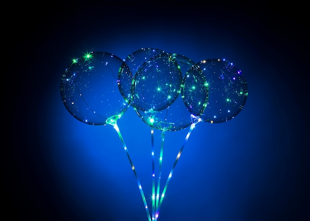 Kompozycja balonów ze światłem w ciemności