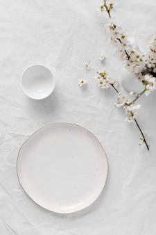 Kompozycja białego stołu na pyszny posiłek