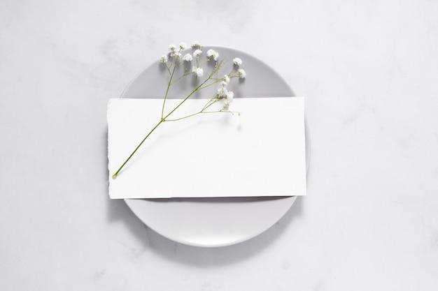 Kompozycja białych elementów stołu