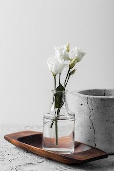 Kompozycja białych wiosennych kwiatów