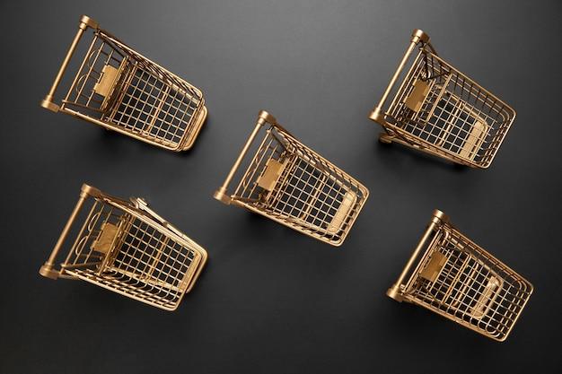 Kompozycja czarnego piątku z wózkami na zakupy