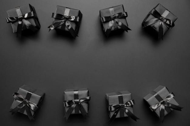 Kompozycja czarny piątek z czarnymi prezentami