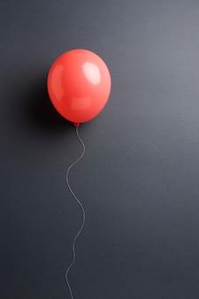Kompozycja czerwonych balonów na białym tle