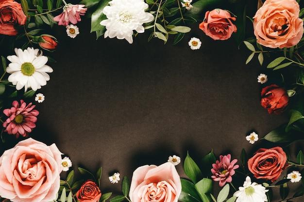 Kompozycja delikatnych letnich kwiatów na czarnym tle