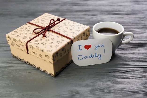 Kompozycja dnia ojca z kawą i prezentem