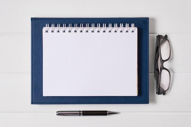 Kompozycja dnia szefa z pustym notatnikiem
