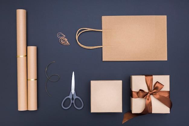 Kompozycja do pakowania prezentów kreatywnych na ciemnym tle