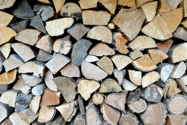 Kompozycja drewnianych bali pokrojonych na kawałki