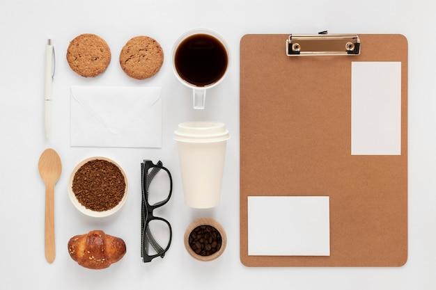 Kompozycja elementów marki kawy w widoku z góry