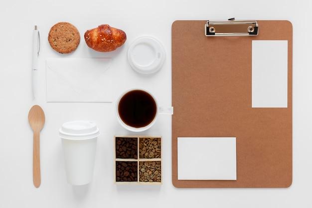 Kompozycja elementów marki kawy